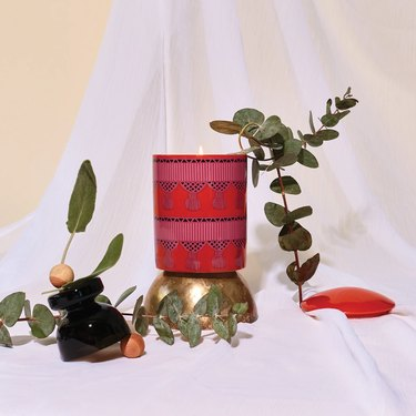 L'or de Seraphine candle on backdrop