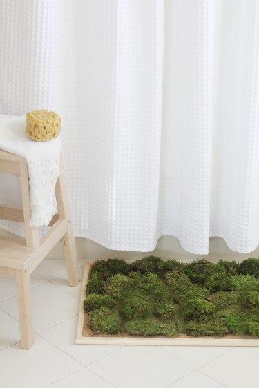 a diy bathmat made of moss