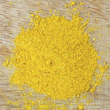 Polvo de curry sobre tabla de madera