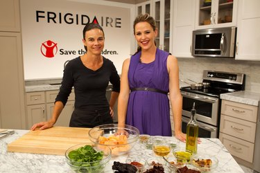Jennifer Garner Swaps Turkey Tips With Fellow Moms in Los Angeles To Launch Frigidaire's New Range With Symmetry Double Ovens