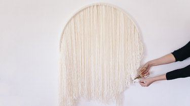 Trimming yarn strands into a circle