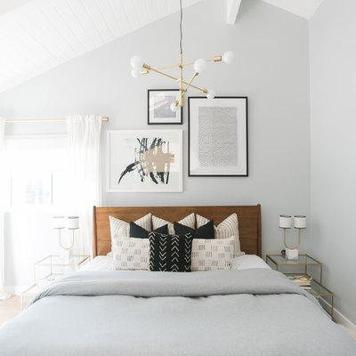 Midcentury gray bedroom idea with matching duvet on the bed