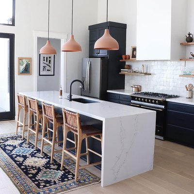 A Complementary Color Palette Elevates a Contemporary Kitchen