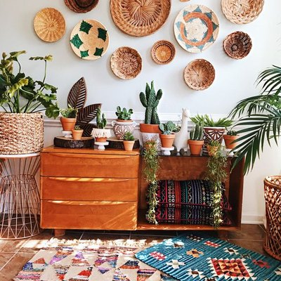 bohemian living room makeover idea with woven baskets on wal