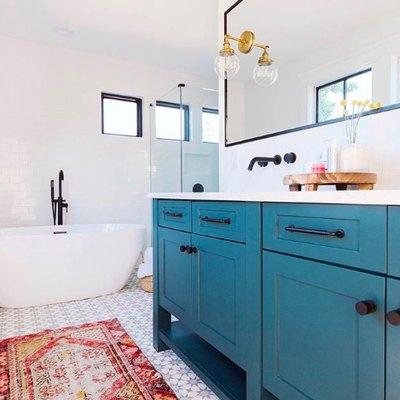 Black Accents Define a Contemporary Bathroom