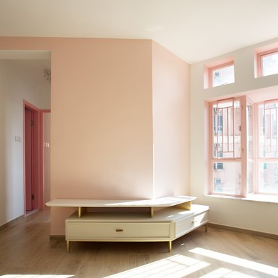 "This Rosy-Hued Minimalist Apartment Was Literally Inspired by the Movie ""Pretty in Pink"""
