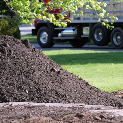 Topsoil Delivery Dump Truck for Residential Landscaping