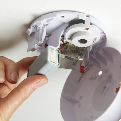 Replacing the battery in a smoke alarm