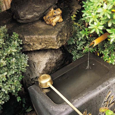 How to Use Vinegar to Clean Algae From Outside Fountains
