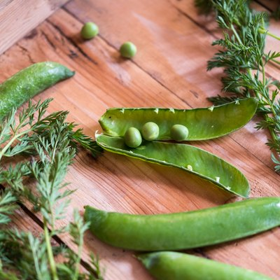 What Is the Difference Between Snow Peas & Edamame?