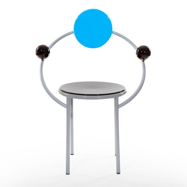 chair with two black dots on either and one blue dot in the center, designed by Michele de Lucchi
