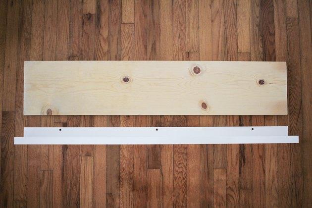 Planche de bois coupé à la longueur du rebord de l'image