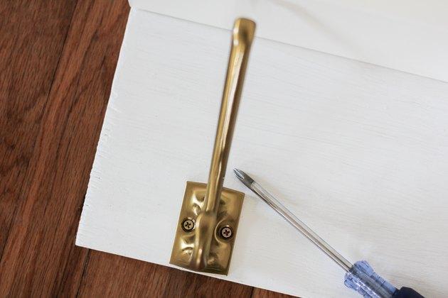 Fixation des crochets à la carte avec un tournevis