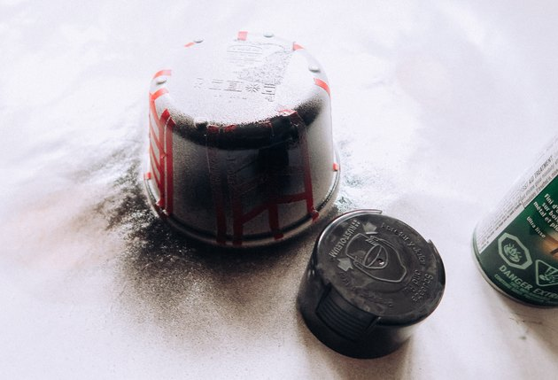 Pot de peinture en aérosol avec de la peinture noire