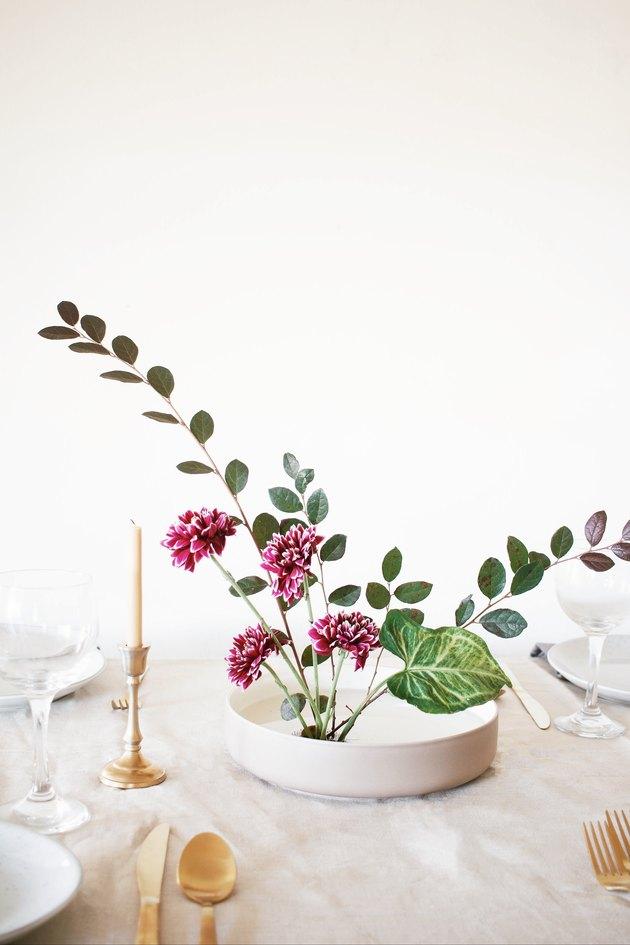 Arrangement de fleurs d'ikebana utilisé comme pièce maîtresse sur la table