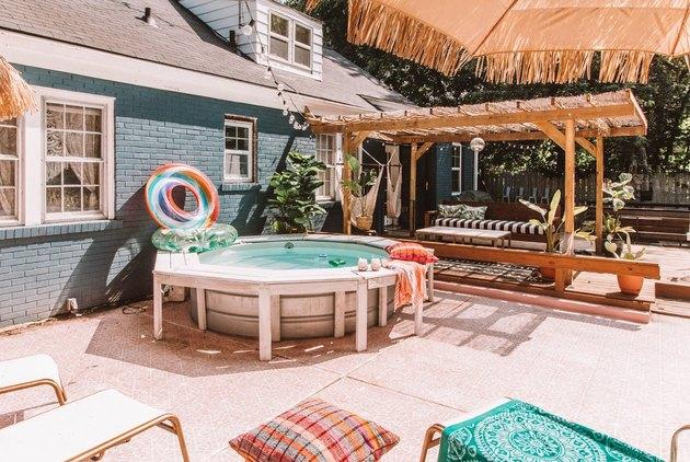 Idées de piscine arrière de style réservoir sur un patio moderne
