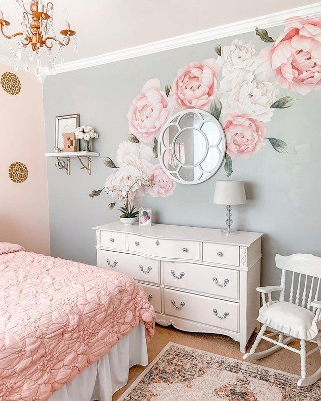 Наклейка на стену из розового цветка в розово-серой детской спальне