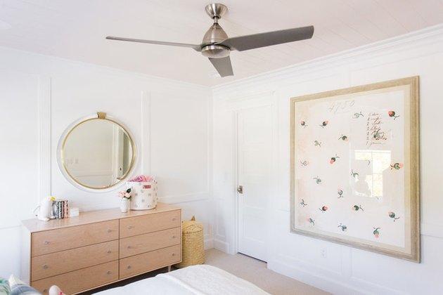 розовый шпунтовый потолок в детской спальне с рисунком большого размера