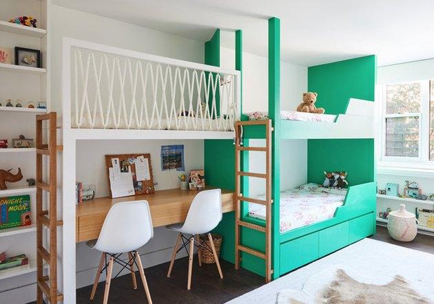 Зеленая детская спальня с зелеными двухъярусными кроватями