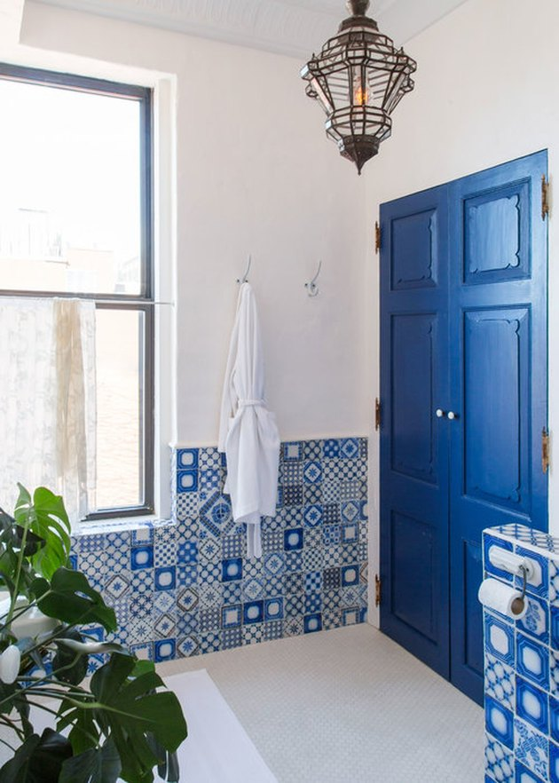 blue bathroom with Delft ceramic wall tile
