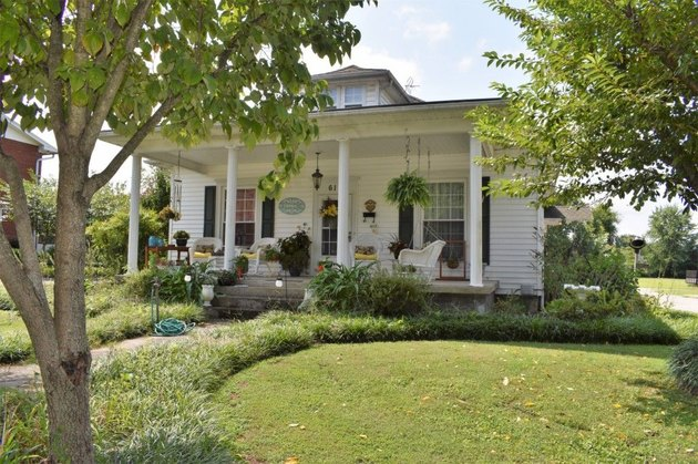 White cottage for sale in Tennessee