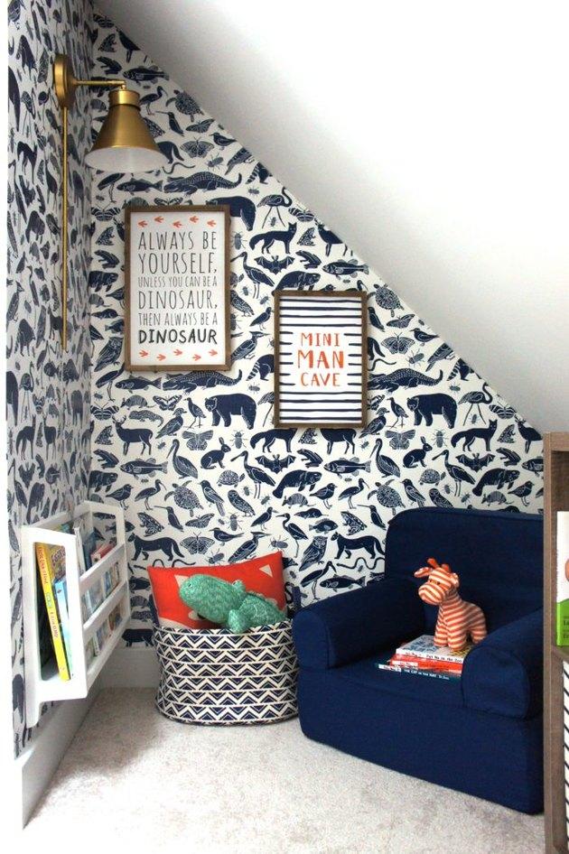 blue animal wallpapered reading nook in boys bedroom idea