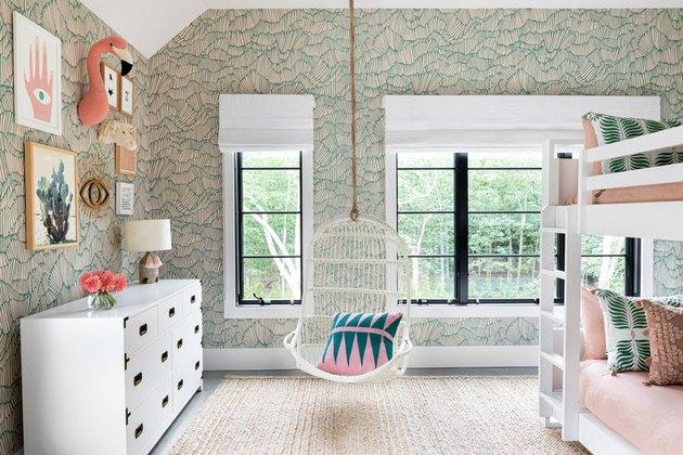 Зеленая детская спальня с абстрактными обоями, кресло-качалка