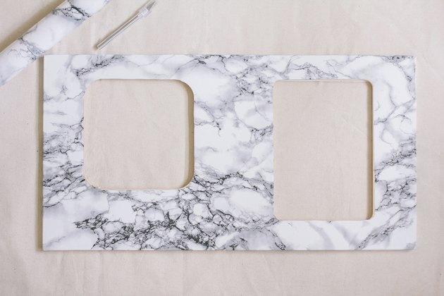 Papier de contact en marbre sur le comptoir