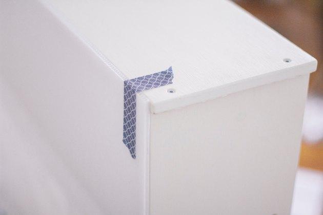 Panneau d'affichage collé et ruban adhésif à la cuisine