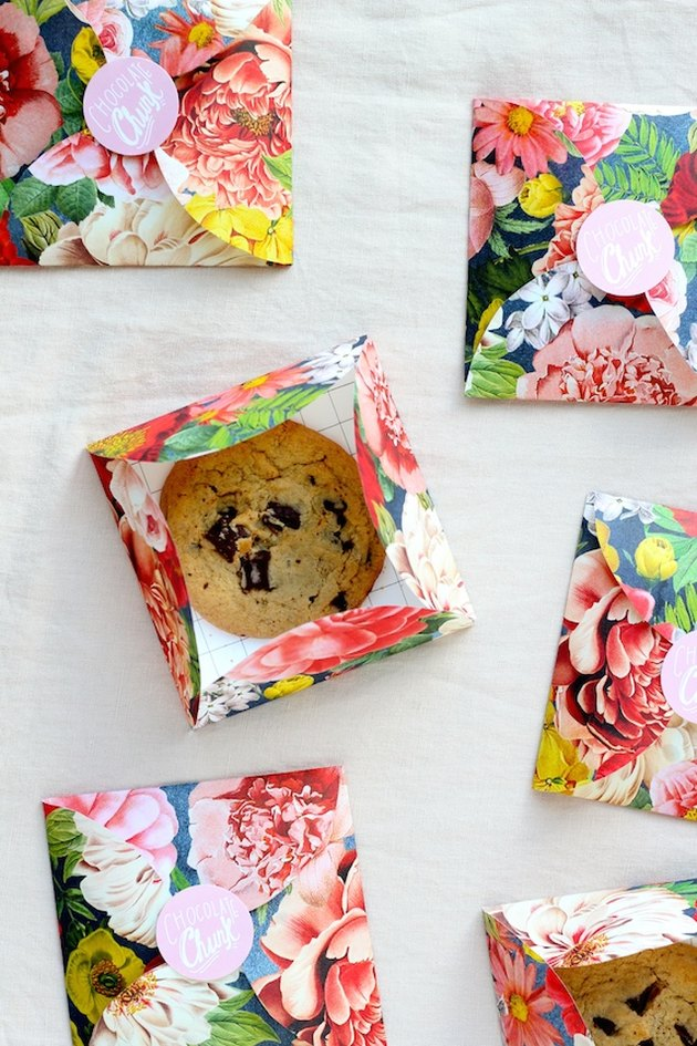 DIY cookie envelope party favors
