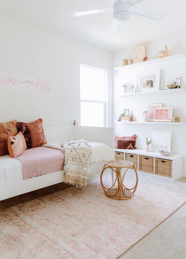 подушки kilim в розовой и белой детской спальне с марокканским свадебным одеялом