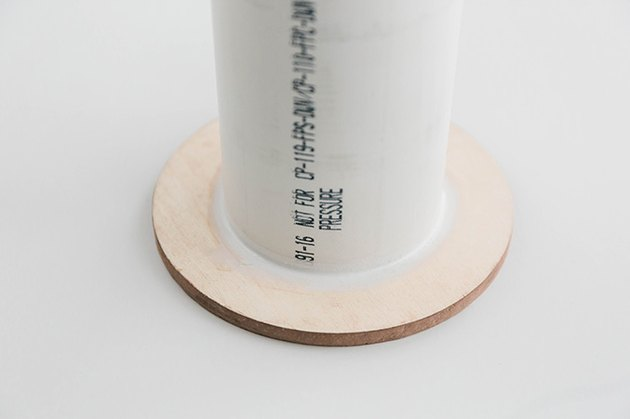 Utilisez plus de silicone pour cacher la couture entre le tuyau et les cercles en bois.