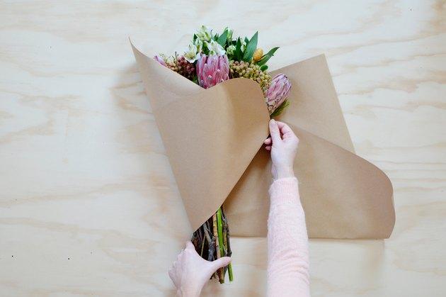 Como fazer uma embalagem para buquê de flores usando papel seda e kraft