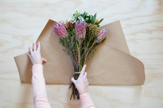 Como criar uma embalagem para flor com kraft