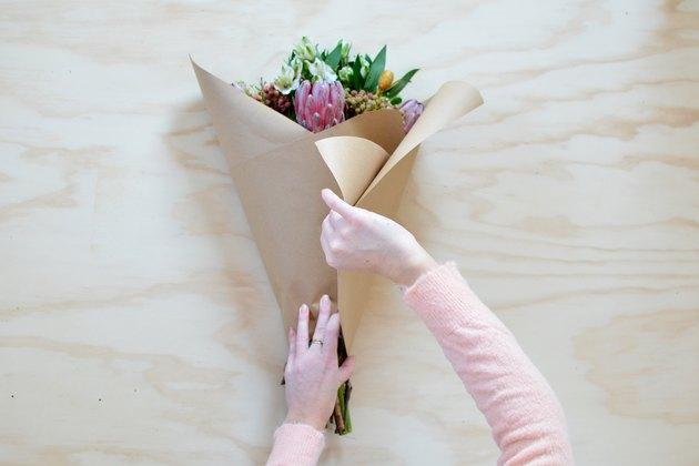 Como usar papel kraft para embalar buquê de flores