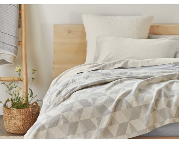 farmhouse bedding idea with quilt blanket from Coyuchi