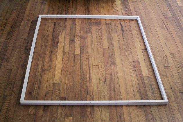 Quatre planches de bois disposées pour former un carré