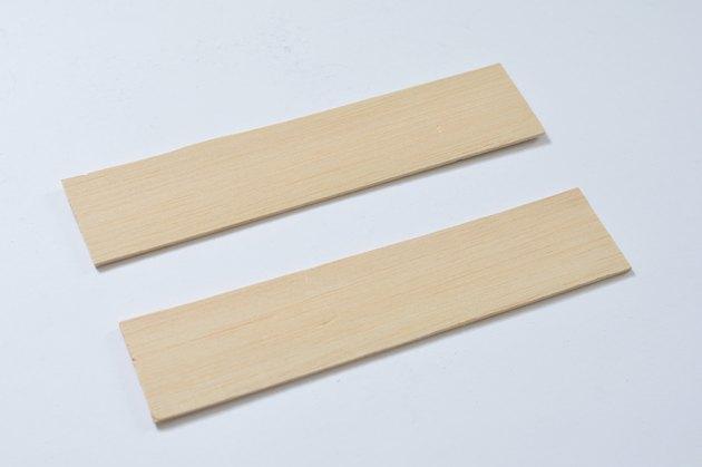 Deux étagères rectangulaires en bois basla.