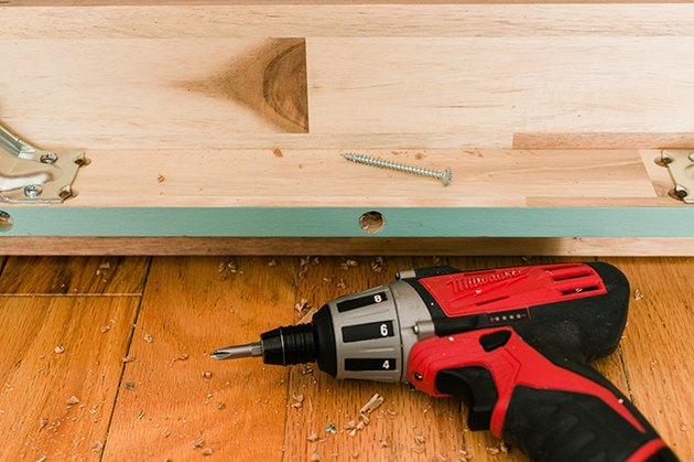 Remove the center screw on both long sides of the bench.