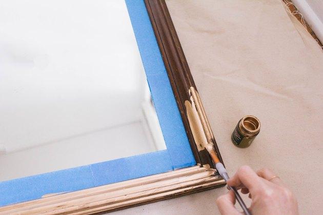 Peinture dorure sur cadre miroir en bois avec petit pinceau