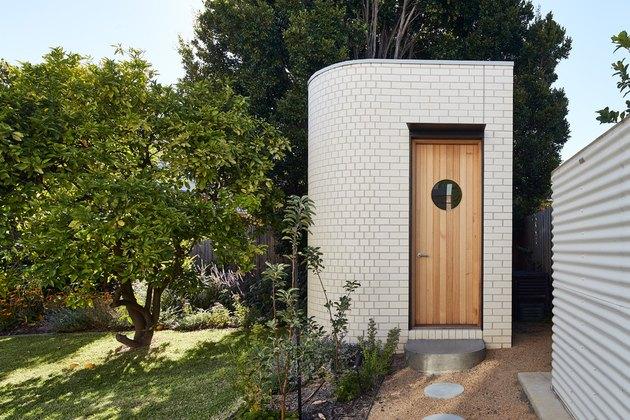 Remise moderne avec extérieur en brique et détails art déco