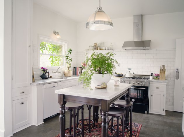 kitchen with kitchen island, bar stools and modern pendant light