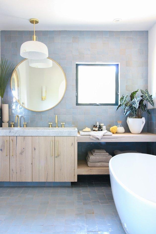double sink bathroom lighting idea with pendant light