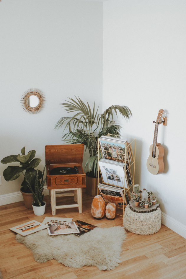 living room corner idea with vinyl player, plants and vinyls