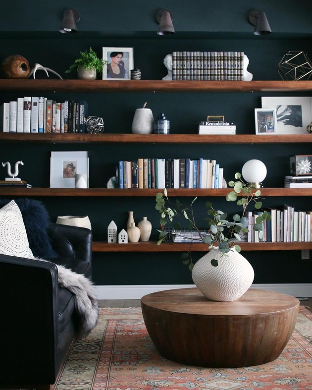 Wall-to-wall living room shelving idea