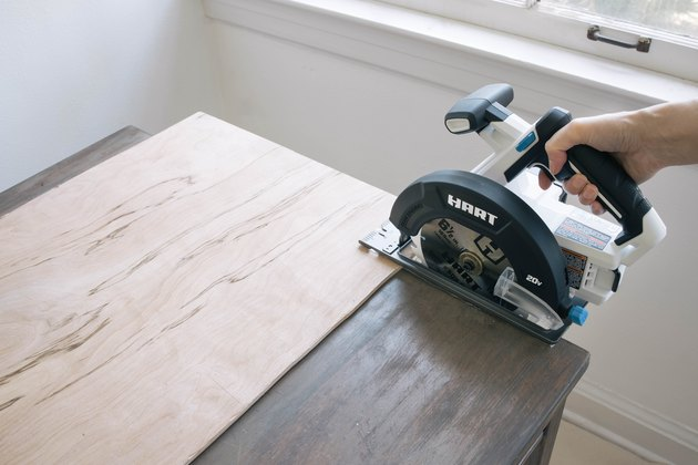 Cutting plywood with HART circular saw