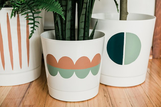 Vaporisez la zone peinte du pot avec un scellant brillant transparent.