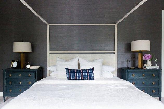 Teksturowany, nastrojowy pomysł na tapetę w sypialni z łóżkiem z baldachimem i niebieskimi szafkami nocnymi