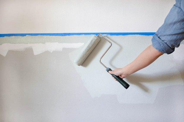 rouleau à peinture sur mur