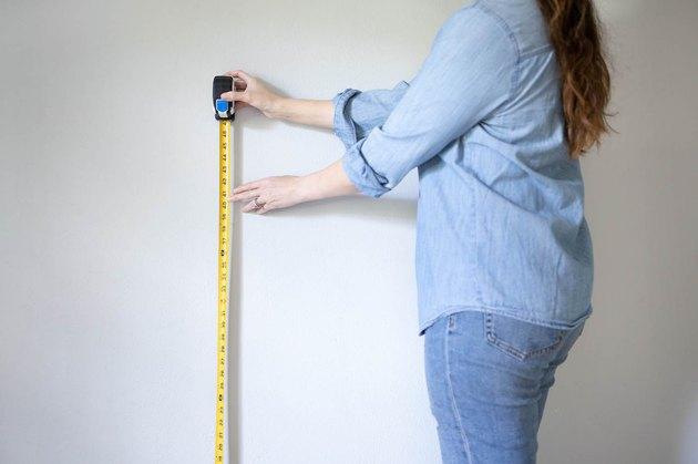 en utilisant un ruban à mesurer